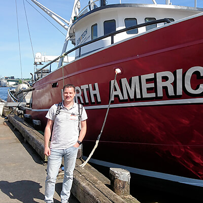 Auke, standing in front of one of the boats from the hit American TV series 'Deadliest Catch'.